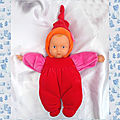 Doudou <b>Poupée</b> Babypouce Rouge Bras Rose Bonnet Bordure Orange Fleur Rose 2004 Corolle 31 cm