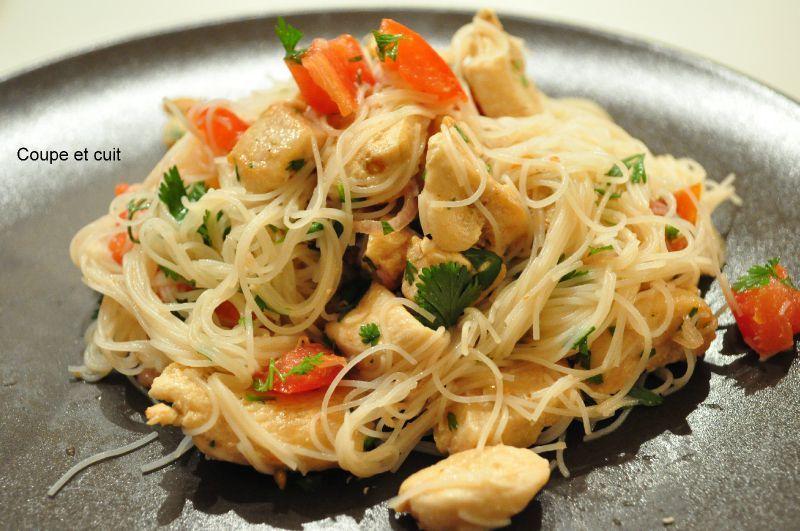 Salade tha poulet et vermicelles de riz coupe et cuit - Comment cuisiner les vermicelles de riz ...
