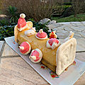 Bûche mousse vanille, crémeux poire, sur <b>croustillant</b> et gâteau au chocolat (faite par Fanny 11 ans)