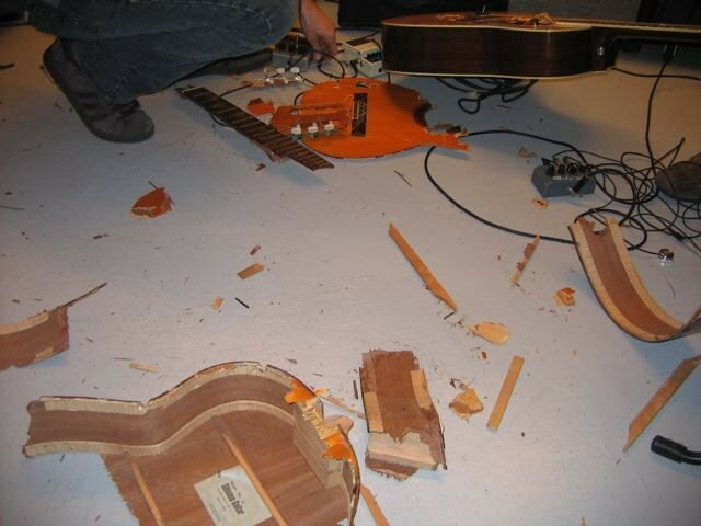 guitar destruction performance, duo avec Tetuzi Akiyama, AMS, Osaka, Avril 2007 (photo Colas Meulien)