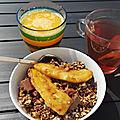 Granola, banane rôtie et yaourt grecque