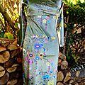 Robe en velours lisse au motif fleuri d'inspiration Art Déco