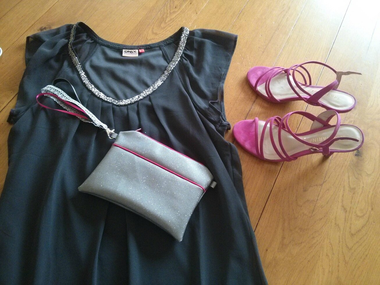 Pochette swarowski gris rose et tenue