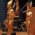 39- et de nombreuses statuettes dorees...
