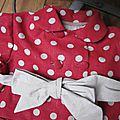 Manteau MARGUERITE - Manteau trapèze à pli creux dans le dos et double boutonnage devant - Il est également fermé par un joli noeud très féminin - Col rond (9)