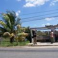 arrêt de bus à la campagne