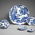 Plat et coupe au dragon et au phénix. Porcelaine de Chine à décor de bleu de cobalt, type « bleu de Huê ». Fin du XVIIIe siècle. MNAAG, Paris © D.R / Photos : Thierry Ollivier