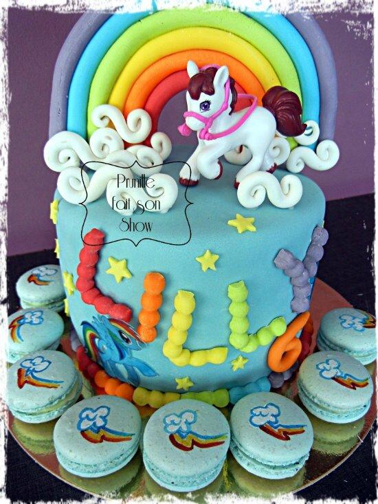 """Rainbow cake """"My little pony"""" et ses macarons assortis ( peints à la main)"""