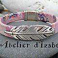 Légèreté grâce à sa plume et gai grâce aux couleurs de son cuir, ce <b>bracelet</b> habillera votre poignet avec personnalité !