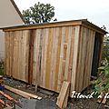 Un abri bois en materiaux recyclés