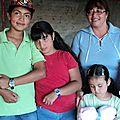 la familia y los niños con sus regalos