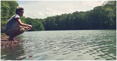 Battle de poésie : quatre truites arc en ciel fôlatrent dans l'eau vive