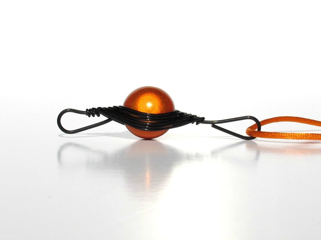pendentif wire noir perle orange profil2