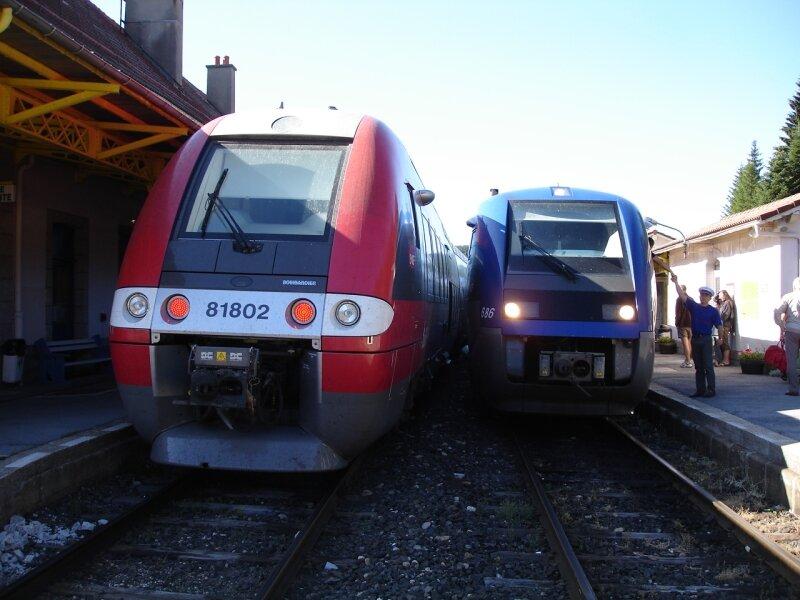 TER Languedoc Roussillon croisant TER Auvergne en gare de la Bastide
