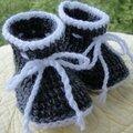 Un paire de chaussons bébé au crochet tunisien