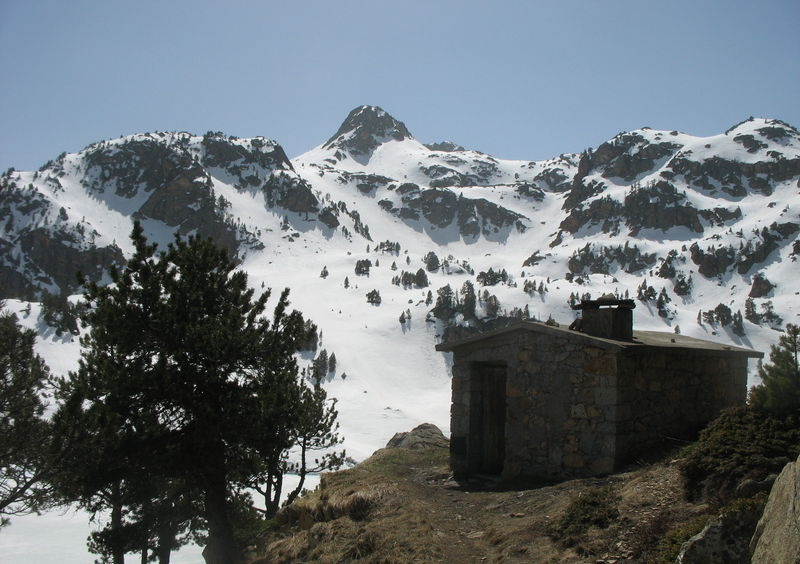 Cabane de Gréziolles dominant le lac, à 2120 m d'altitude (65)