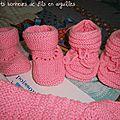 Chausson layette rose avec liseré de points ajourés et ruban de satin (avec explication du modèle)