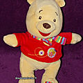 Doudou winnie l'ourson, nicotoy disney, abeille brodée, t-shirt rouge