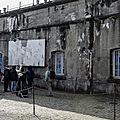 Un salut nazi dans un ancien camp de concentration