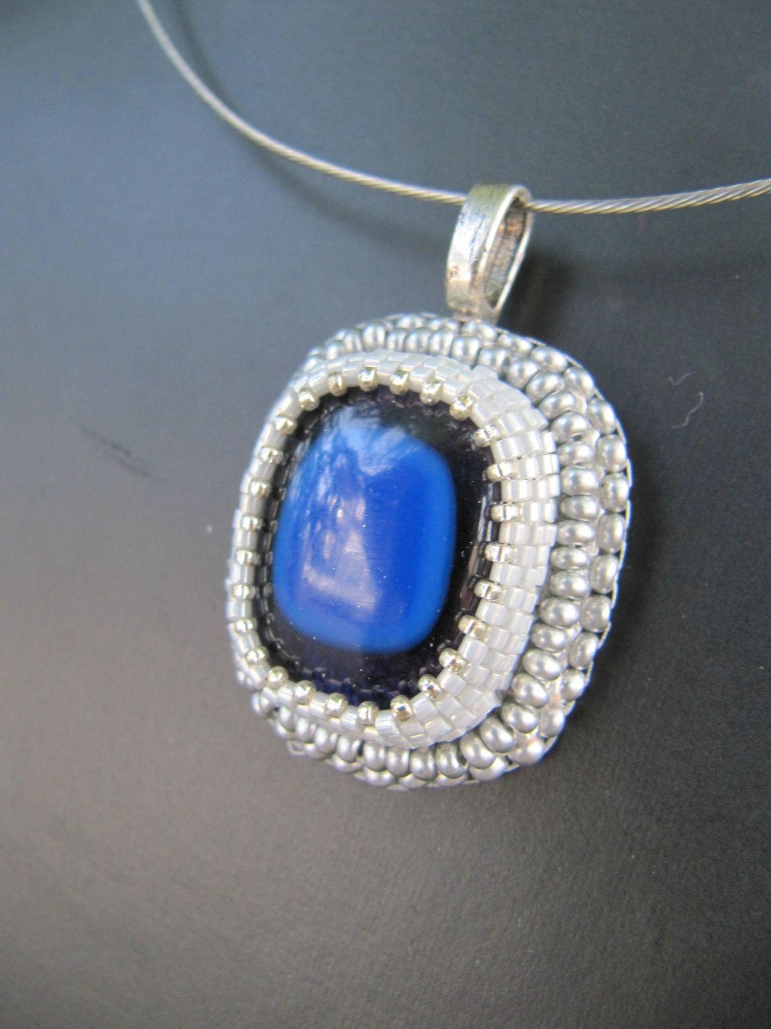 Pendentif brodé bleu cobalt