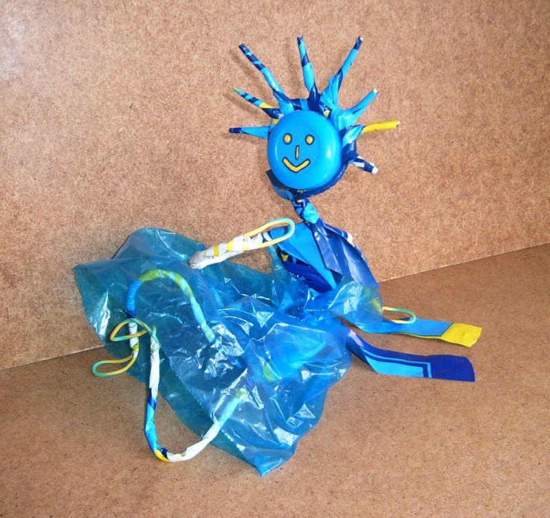d chets plastique valorisation personnage en sacs plastiques objet art cr ation recyclage. Black Bedroom Furniture Sets. Home Design Ideas