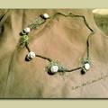 Collar rosas blancas