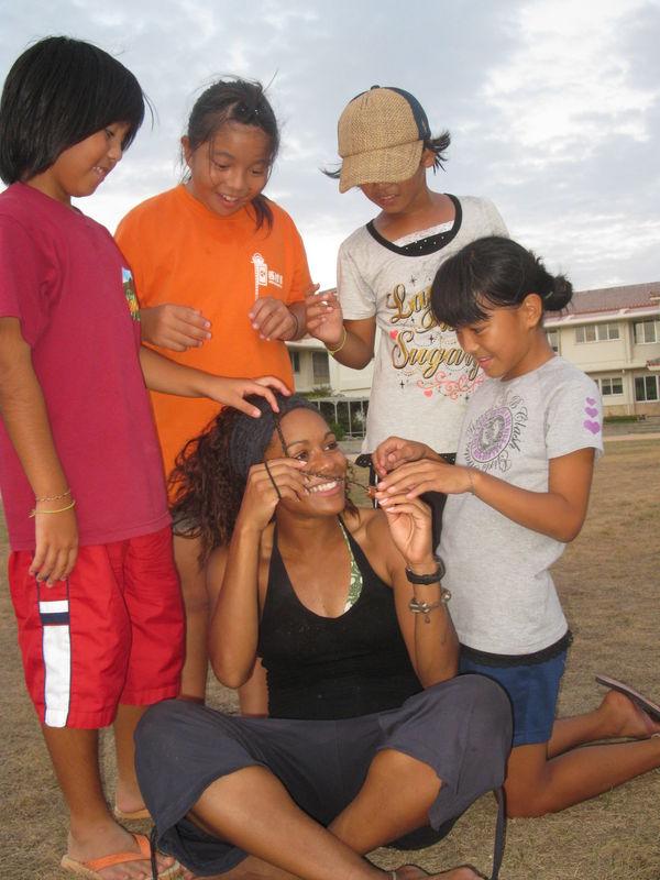 les jeunes filles se sont bien amusées à me faire des tresses