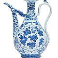 Aiguière à décor floral bleu-blanc chine, époque kangxi, xviiième siècle