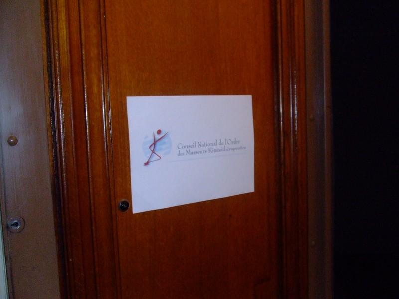 La plaque sur la porte d'entrée