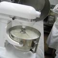 Verser le sucre cuit sur les blancs fouettés