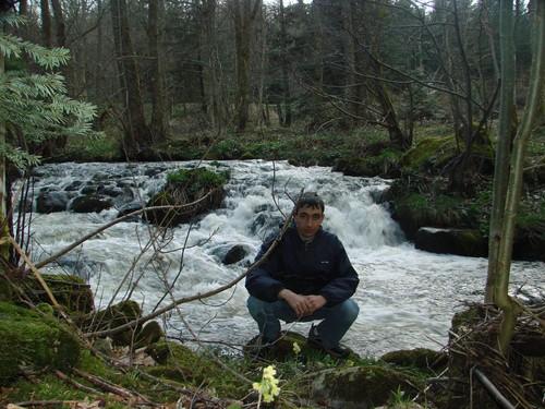 2008 04 23 Cyril Treveys devant une rivière près du Chambon sur Lignon