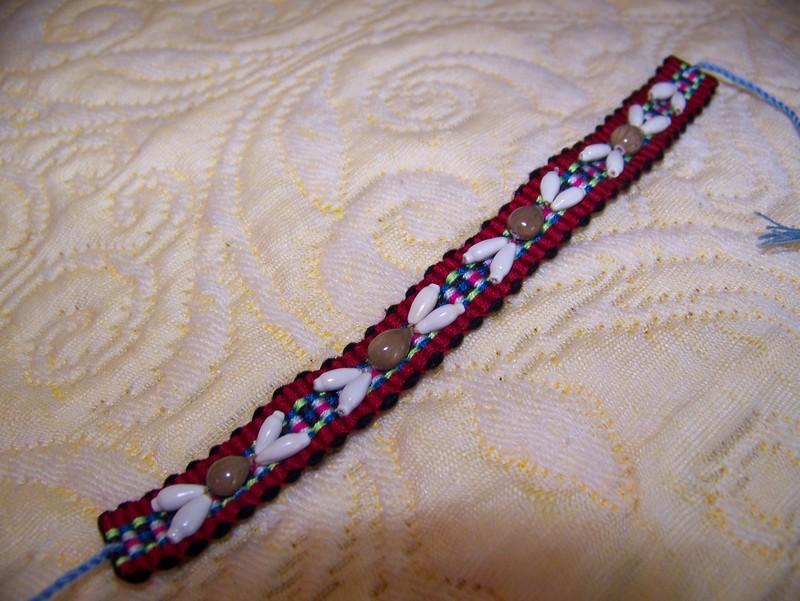 bracelet tissé par les enfants Hmongs