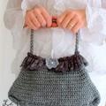 petit sac porté main gris et dentelle
