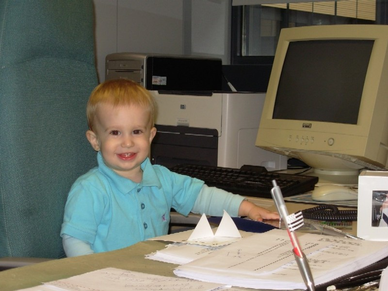 Arthur 16 mois au bureau de Papy