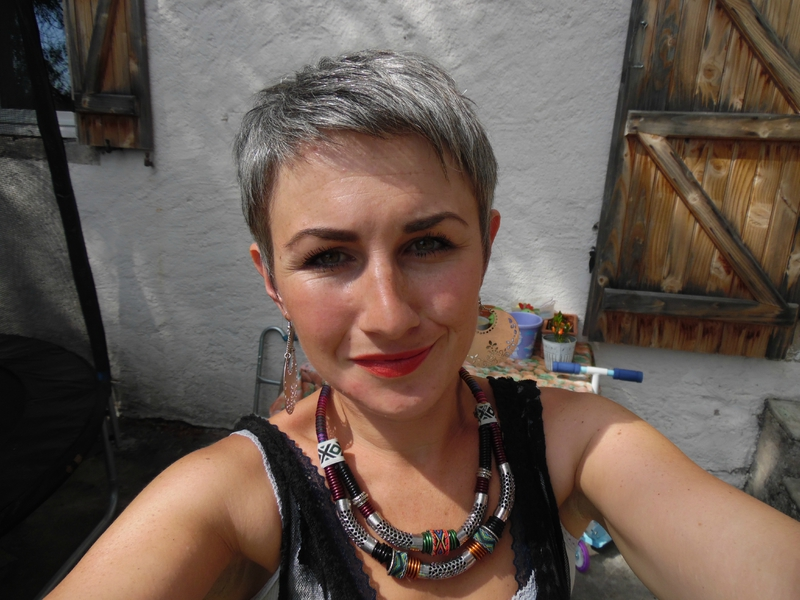 Coupe de cheveux court sur cheveux gris