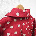 Manteau MARGUERITE - Manteau trapèze à pli creux dans le dos et double boutonnage devant - Il est également fermé par un joli noeud très féminin - Col rond (17)