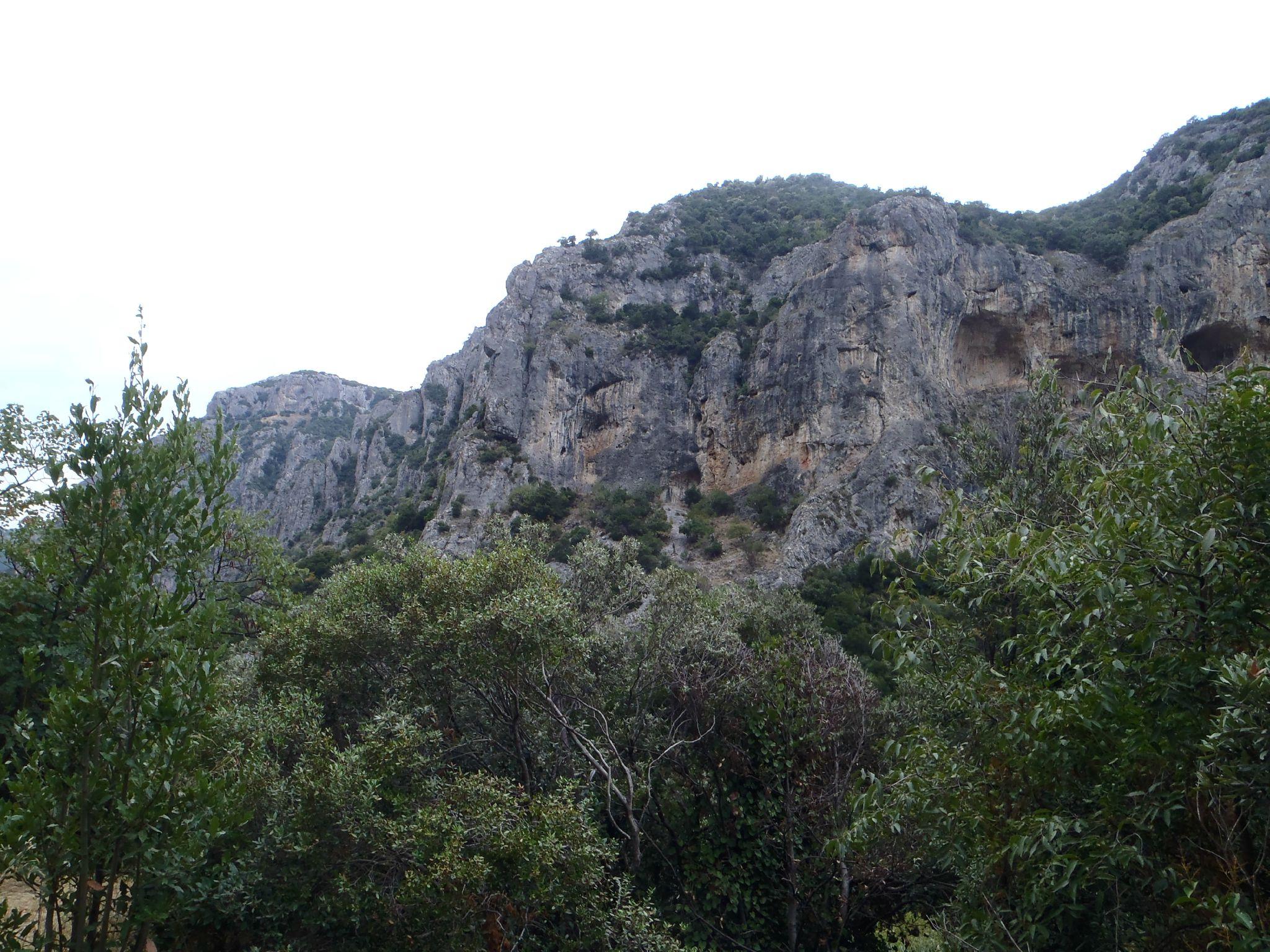 grece : falaise et grottes