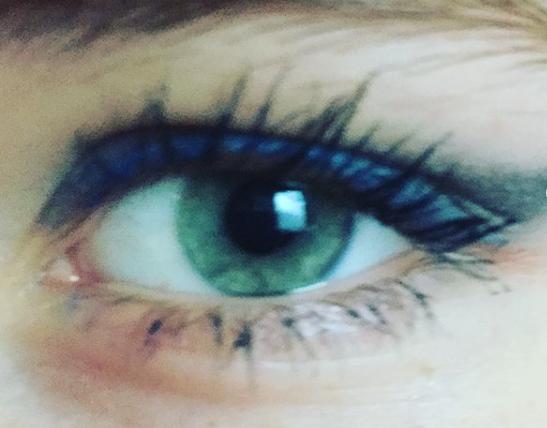 Maquillage discret ton bleu