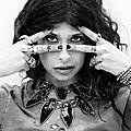 Pamela love et le style envoûtant de ses bijoux est l' icône de punka
