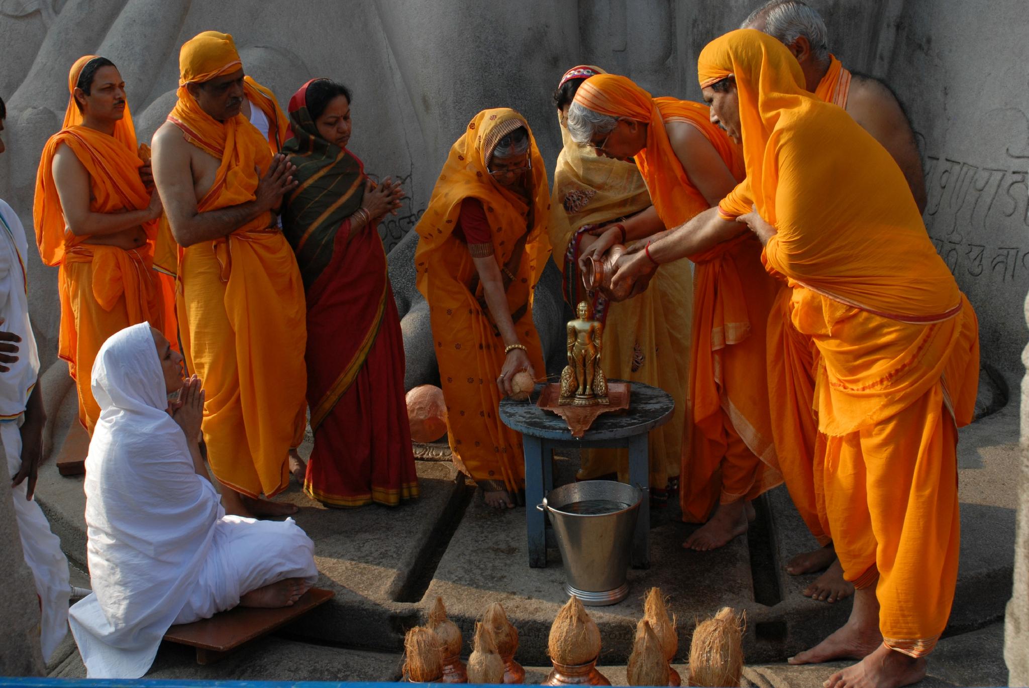 rituel matinal .Statue Jain sur la colline de Sravenabelagola