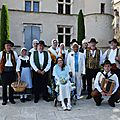 L'atelier de chants et danses traditionnels de la mjc de saint-auban : une haie d'honneur pour le mariage de deux des siens !