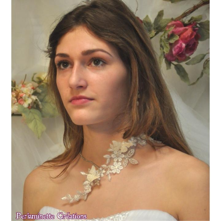 Collier de mariée ou de soirée en dentelle avec papillons