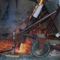 Le bronze en fusion est coulée dans le moule ...