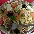 Salade de pâtes au poivron, à la tomate, au feta, au jambon et olives noires.