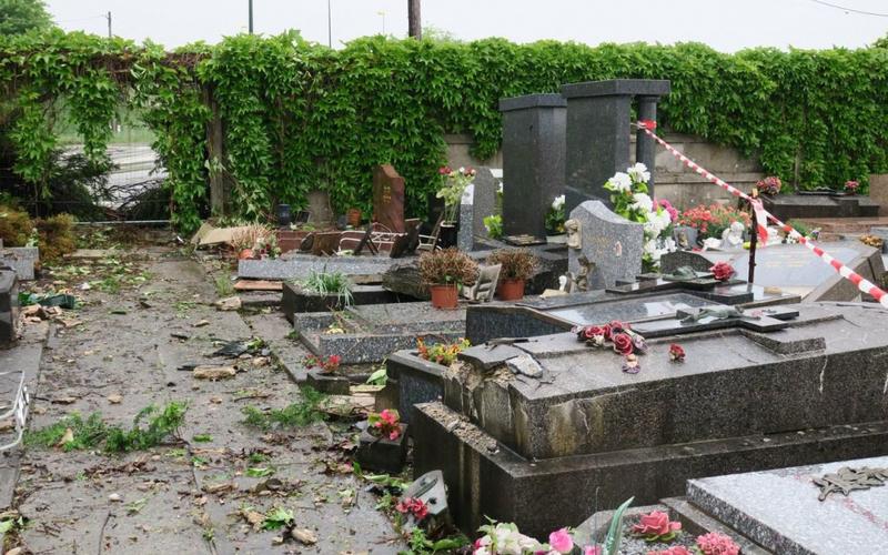 Chelles, ce lundi matin. Un automobiliste a détruit plusieurs tombes au cimetière après avoir perdu le contrôle de son véhicule sur la route voisine. LP/Hendrik Delaire