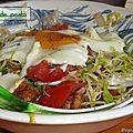 Salade vinaigrée aux oeufs sur le plat.
