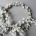 Couronnes, fil de fer recuit, et fleurs modelées, blanc mat, ,©Kalifragili (tous droits réservés)