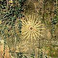 soleil rupestre dessinné avec pierres du sol