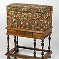Coffre à couvercle bombé en tapisserie au petit point à décor floral. <b>Époque</b> <b>Louis</b> <b>XIII</b>