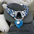Bleu et motif Bandana pour le biais bleu de ce <b>bracelet</b> liberty et ses <b>breloques</b> <b>émaillées</b> !